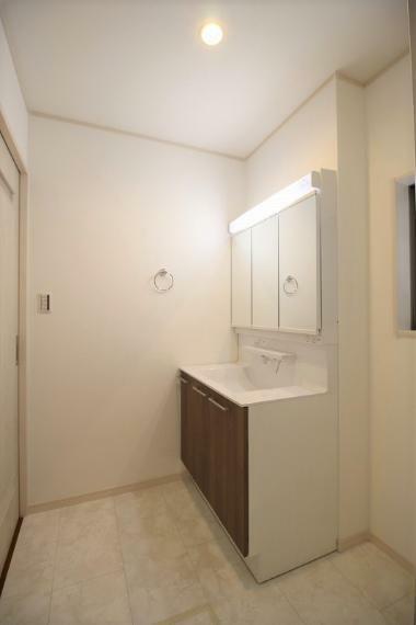 浴室 洗面台は三面鏡となっていて裏側には小物がしまえる収納つきとなっていますのでスッキリ使えます。