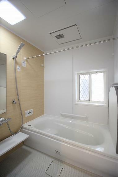 浴室 入浴するときの姿勢にこだわったスクエアバス。ゆっくりと入浴できる癒し空間。