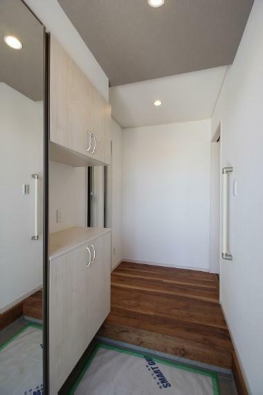 玄関 玄関は収納スペースもしっかり確保いつもきれいな玄関保つことができます。