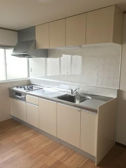 キッチン キッチンも綺麗にリフォームされて 収納もたくさんあります。窓が4枚なので 明るいです