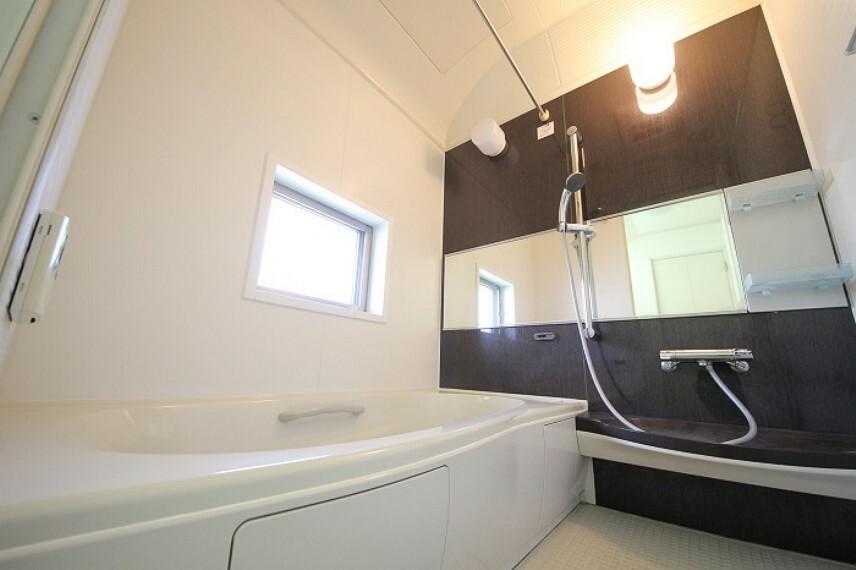 浴室 洗濯物やカビ防止に役立つ浴室乾燥機付き。
