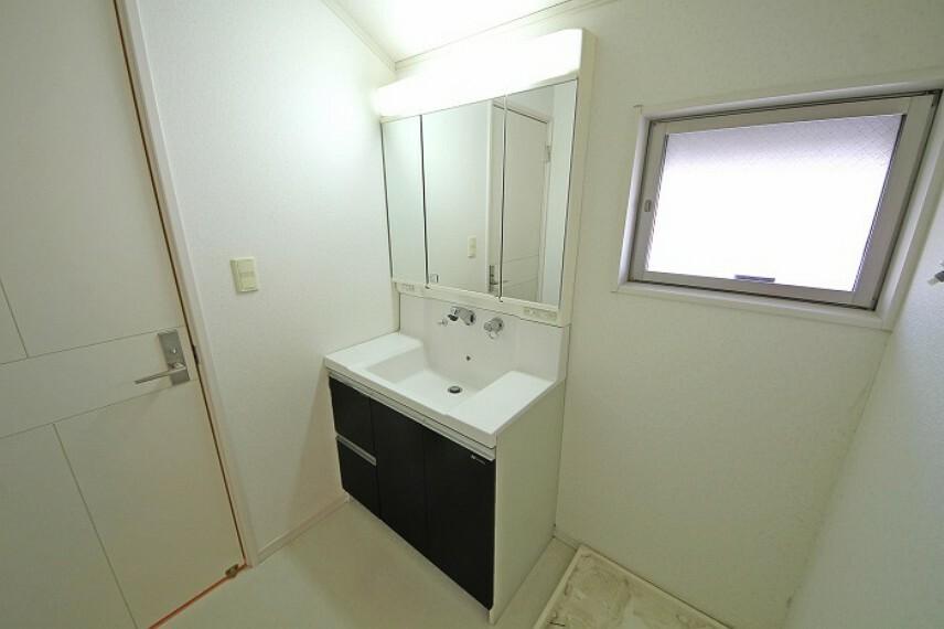 洗面化粧台 三面鏡付のワイドな洗面台。