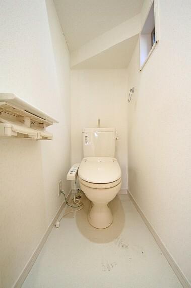 トイレ ウォシュレット機能付の暖房便座。いつでも快適な使い心地です。
