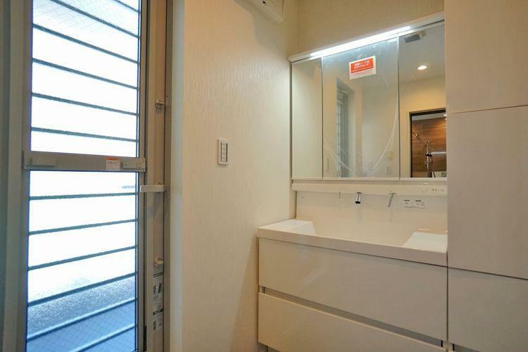 洗面化粧台 広々とした脱衣スペース!これなら朝もゆったりとした気持ちで身支度が出来ます!