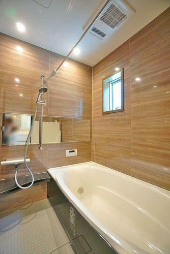 浴室 日々の疲れを癒してくれるゆったりサイズのバスルーム。浴室換気乾燥機も付いています。