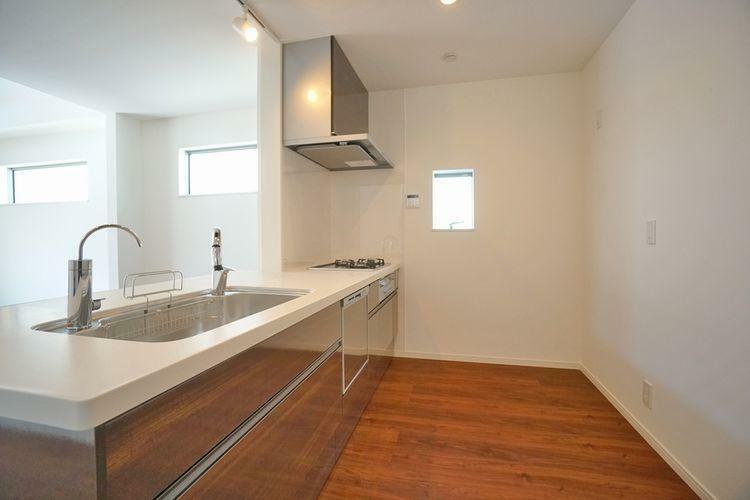 キッチン 使い勝手の良いシステムキッチン。浄水器、食洗器は完備。お風呂のコントロールパネルも近くにございます。
