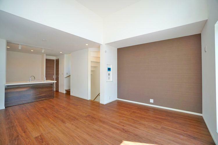 居間・リビング 明るく洒落たデザインのリビングは家族の憩いの場です。床材と壁紙のカラーがマッチしています。