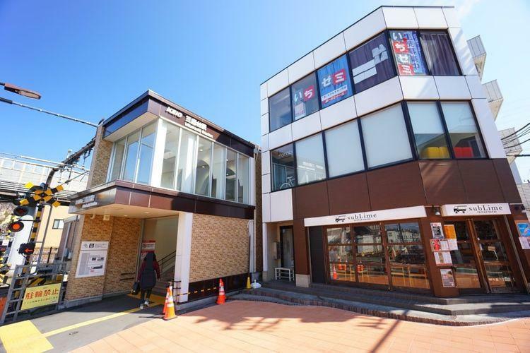 三鷹台駅(京王 井の頭線) 徒歩4分。 神田川沿いに佇む三鷹台駅。駅前がここ数年で徐々にキレイになりました。それほど駅前が賑やかというわけでは無いですが、スーパーやコンビニなど必要な買い物施設はしっ