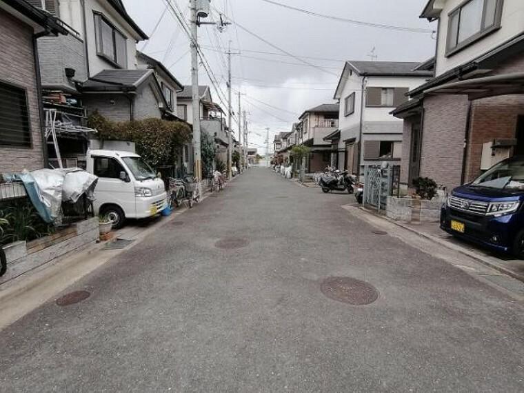 現況写真 幅員6.8mの広々な前道は駐車もラクラク