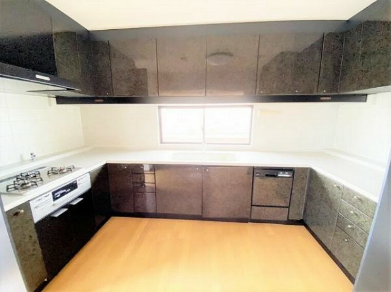 キッチン 広々した作業スペースが魅力のU型キッチンで、お料理の効率もアップ!