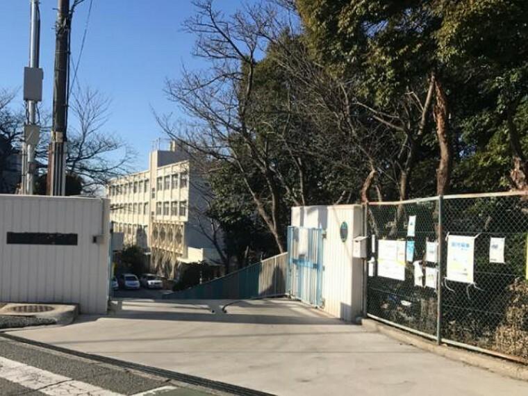 小学校 \長坂小学校/徒歩約4分。隣には中学校があり門の施錠や各学校の先生が登下校の際の見守りなどがあり安心!教科によっては専門の先生が授業をするなどサポート体制もできています。