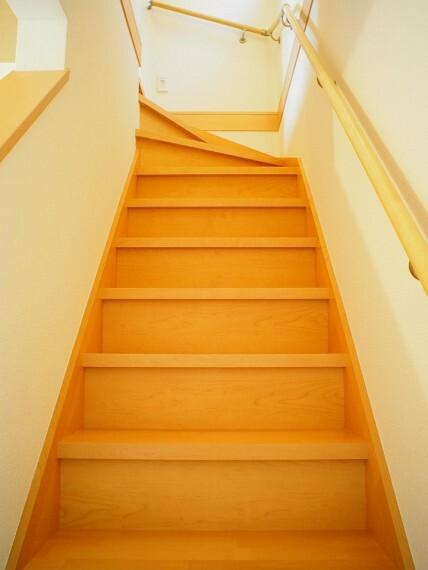 階段  手すり付きの階段  小さなお子様やご年配の方にも安心です!
