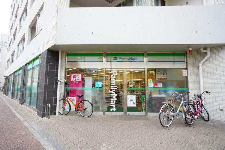 コンビニ ファミリーマート喜多見駅北店 徒歩4分。