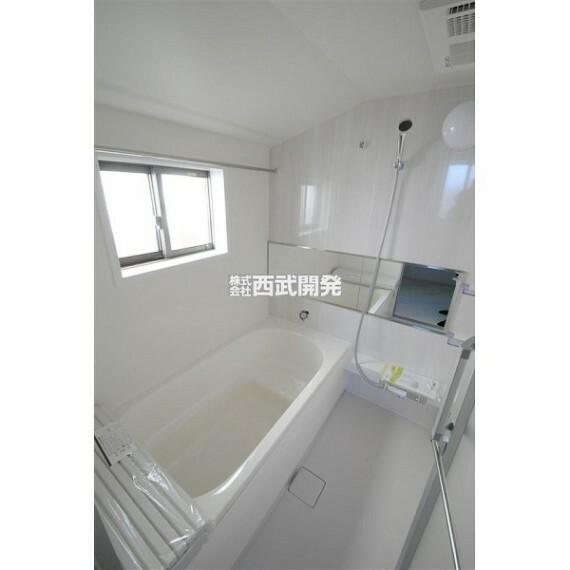 浴室 浴室乾燥機には送風機能もあるので暑い夏には送風を使うと快適なバスタイムになります。寒い冬には予め暖房を使うとヒートショックの可能性を下げられます。