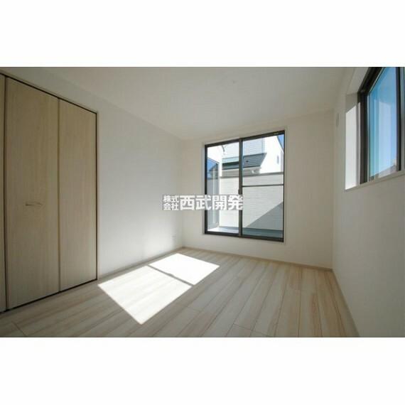 専用部・室内写真 気持ちの良い陽光が射し込む2階洋室。お休みの日は読書や音楽鑑賞等のんびり過ごせそうです。