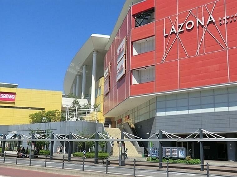 スーパー ラゾーナ川崎 複合商業施設。屋上には出雲大社の分社が移設されている。