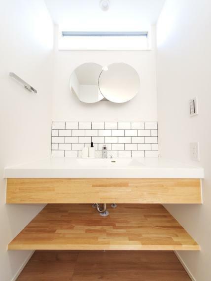 洗面化粧台 B棟洗面台 オリジナルの造作洗面は潔いほどシンプル。お手入れしやすく明るく清潔な洗面です。洗面台と脱衣所を分けることによってプライベート空間が守られますし、脱衣所を広く取ることができました。