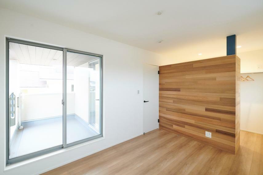 洋室 B棟主寝室 6帖の主寝室には大量収納のウォークインクローゼットをご用意。主寝室にはバルコニーと直結しているので、洗濯物を取り込んでそのままウォークインクローゼットにしまうことができます。