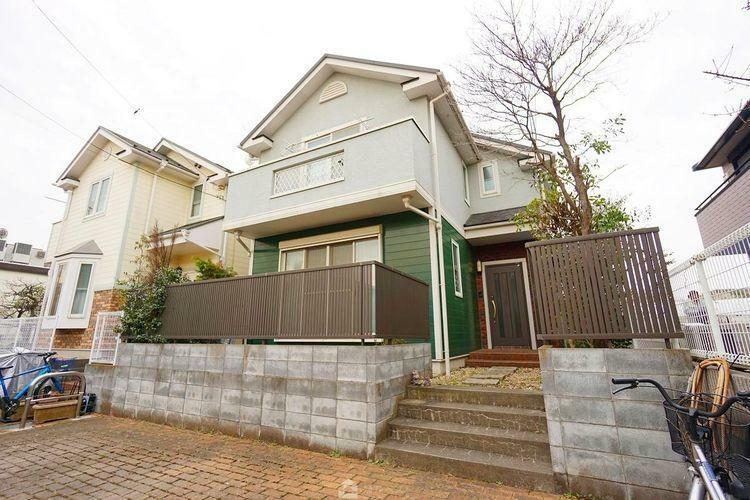 現況写真 最寄りの京王線「芦花公園」駅徒歩6分というまるでマンションのように利便性の高い立地の中古戸建。 前面道路は広々とした6mを確保しておりますので運転が苦手な方でも余裕を持って駐車できます。