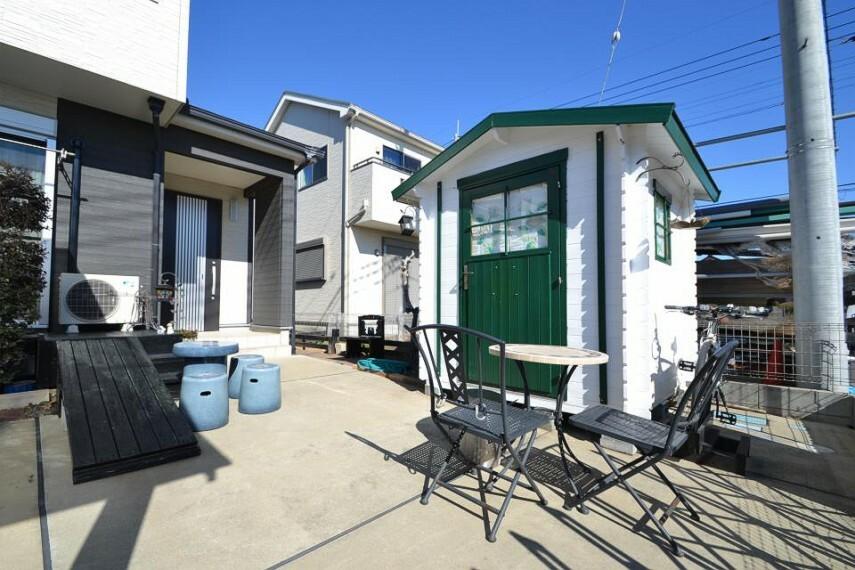 庭 オーナー様手作りのログハウスで外部収納も豊富です。
