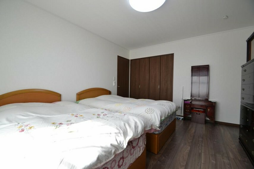 寝室 寝室も10帖あるので広々として明るいです。
