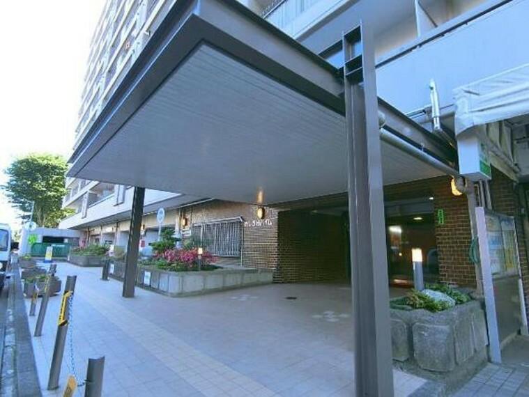 エントランスホール マンションエントランス入り口です。屋根が広いので雨の日は便利ですね。