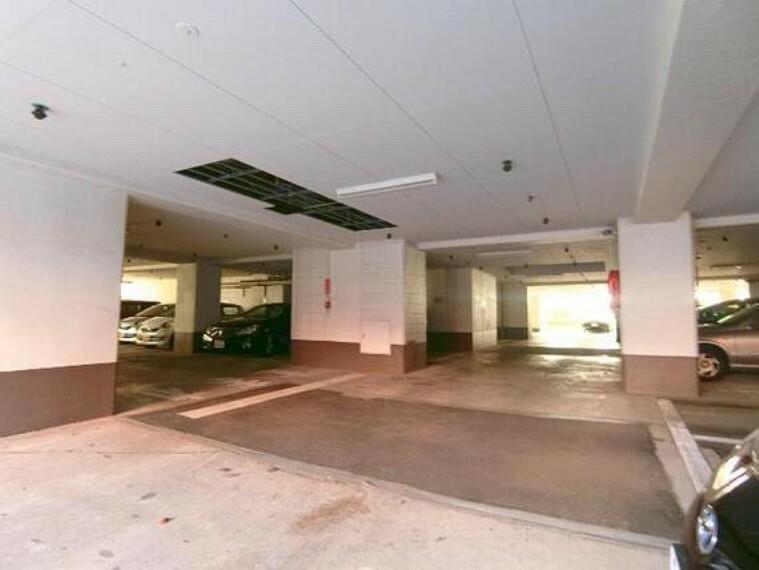 駐車場 敷地内駐車場は雨風日差しから愛車を守ってくれます。