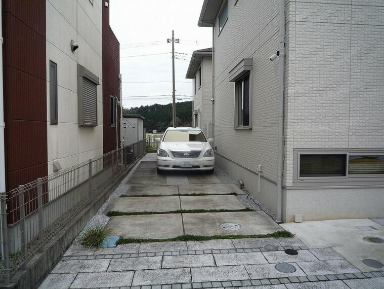 外観写真 カースペースは3台駐車可能(車種による)です。