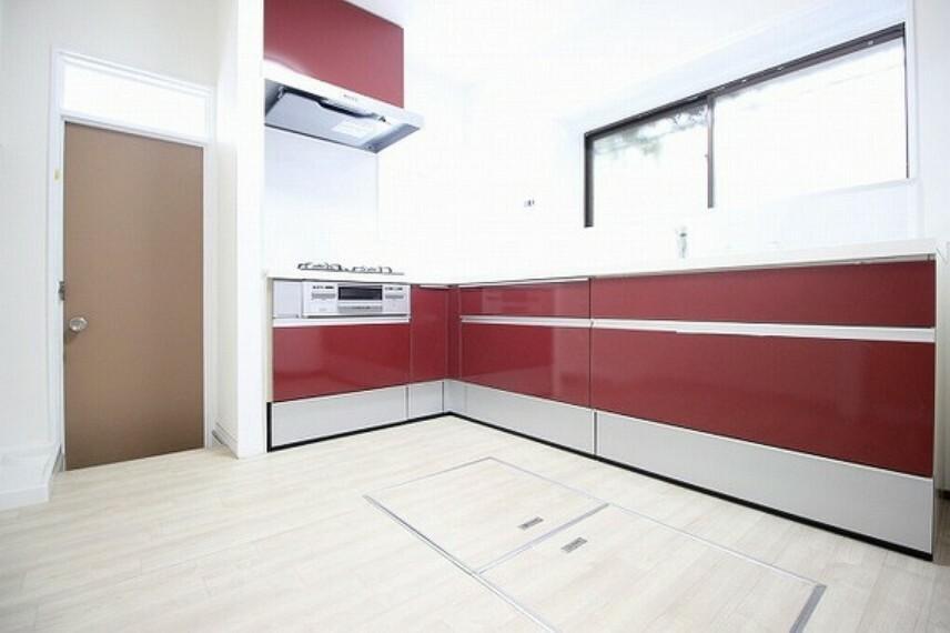 ダイニングキッチン 効率的で使いやすいL字型の対面キッチンを採用