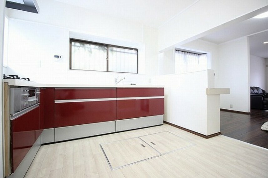 キッチン 印象的な「赤」を使ったキッチンデザインで、楽しいお料理の時間を