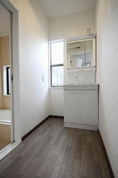 洗面化粧台 窓のついた洗面所は換気もバッチリ○清潔感のある洗面所で朝の身支度を