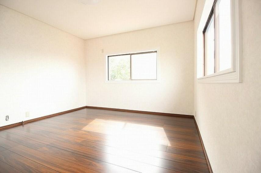 寝室 2面に窓があり、通風や採光があるお部屋です