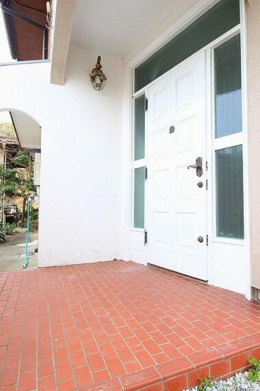 玄関 デザイン性の高い、オシャレな玄関ドア
