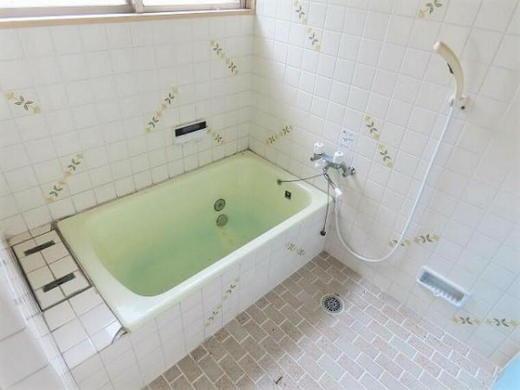 浴室 浴室は窓があるので換気もしっかりすることができ、追い炊き給湯もついています