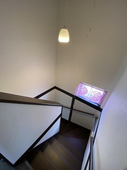 緩やかで手すりがついた階段 年配の方にも優しいつくりです