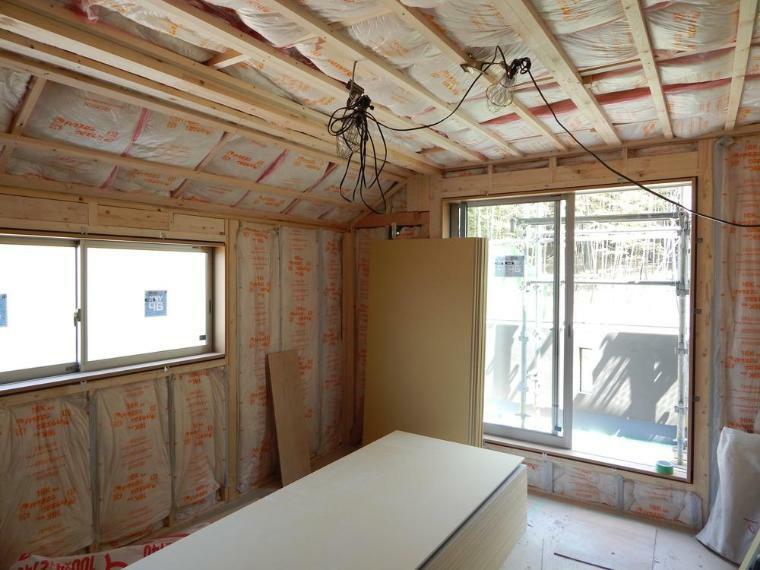 構造・工法・仕様 屋根裏、壁、床下から大引きや根太間まで隙間なく断熱材を施工しています。