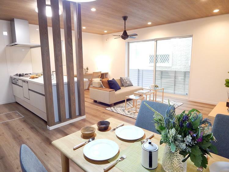 居間・リビング (施工事例)先行建築が完成しました。ゆったりLDKや豊富な収納プラン、暮らしを彩る充実設備など、ご家族が快適に暮らせる間取りで設計されたています。