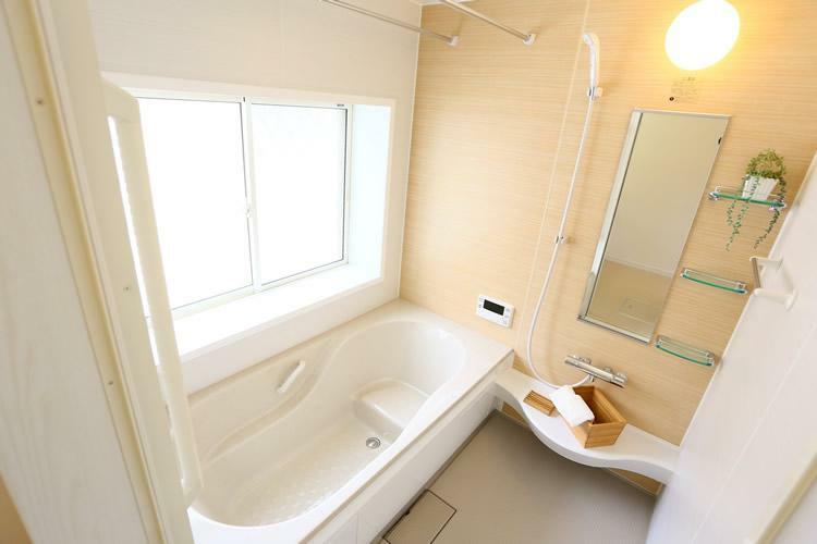 浴室 (施工事例)水回り設備は、リクシル製品、ノーリツ製品のいずれかをお選び頂けます。システムキッチンのスタイルは、収納豊富なキャビネットタイプ、開放感を感じるフルフラットタイプ、お料理好きのママにおススメのL型タイプからお選び頂けます。また、ワークトップ、シンク、キャビネットなどのカラーをはじめ、バスルームの浴槽カラー、壁面デザイン、洗面化粧台のカラー、トイレのカラーなどをお選び頂けます。
