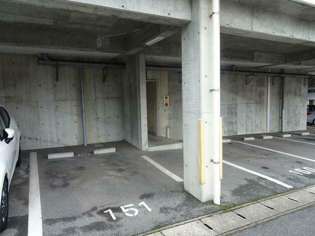 駐車場 屋根付きの駐車場。