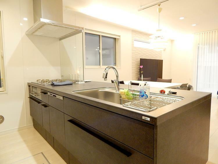 キッチン (施工事例)「広いキッチン」にも種類があります。オープンで話しながら料理を楽しむキッチン。キッチンの中で集中して料理に夢中になれるキッチン。お料理をされる方の気持ちに合わせたキッチンをご用意しております。