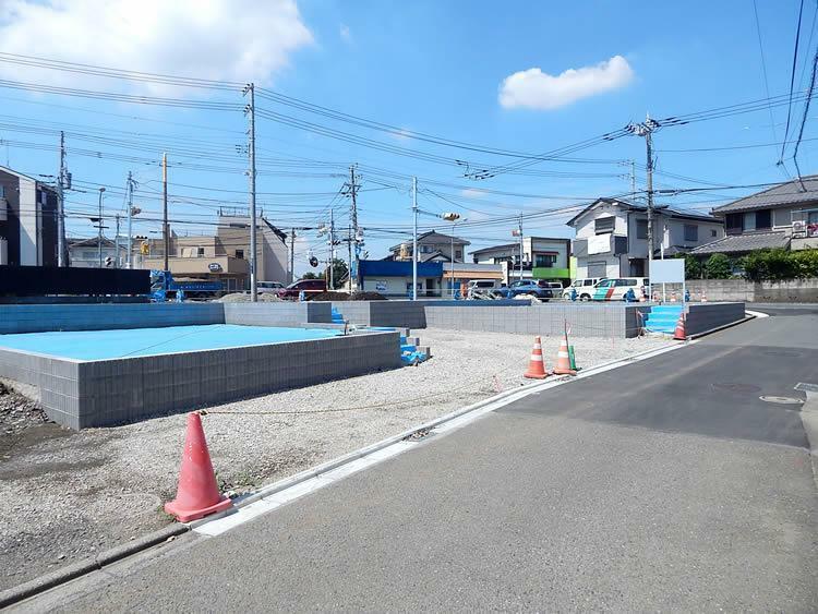 現況写真 現地の北東側に接道する道路は車の通りが少なく、快適に車庫入れが出来ます。