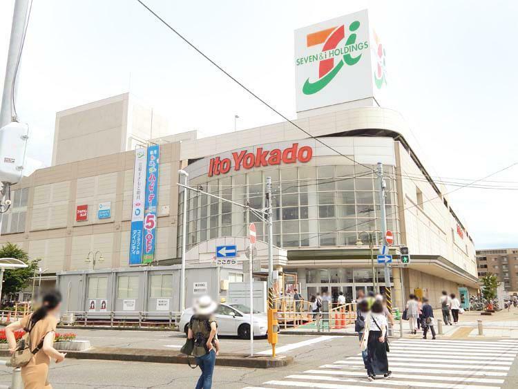 横浜市営地下鉄ブルーライン「立場駅」戸塚駅へ乗車5分、「立場駅」へのアクセスは、現地からフラットな道をまっすぐ直進。駅の隣接地にはイトーヨーカドーがあり、お買い物にも便利です。