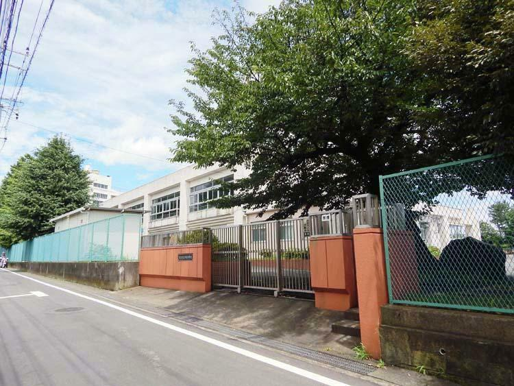 小学校 横浜市立中田小学校 歴史ある小学校です。広いグラウンドでは子供たちが元気に遊んでいます。
