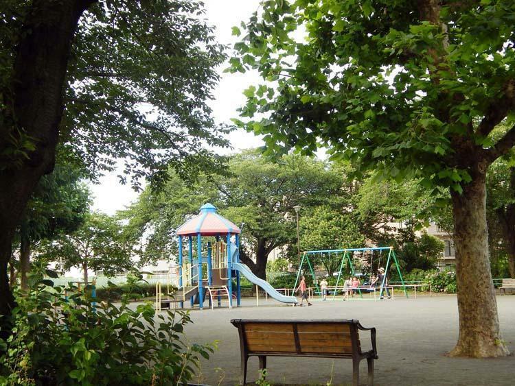 公園 中田第5公園 ゆったり敷地の遊具公園です。子供たちがおにごっこをしたり、ボール遊びをしたり元気に遊んでいます。駅へ向かう途中にも広い公園があります。