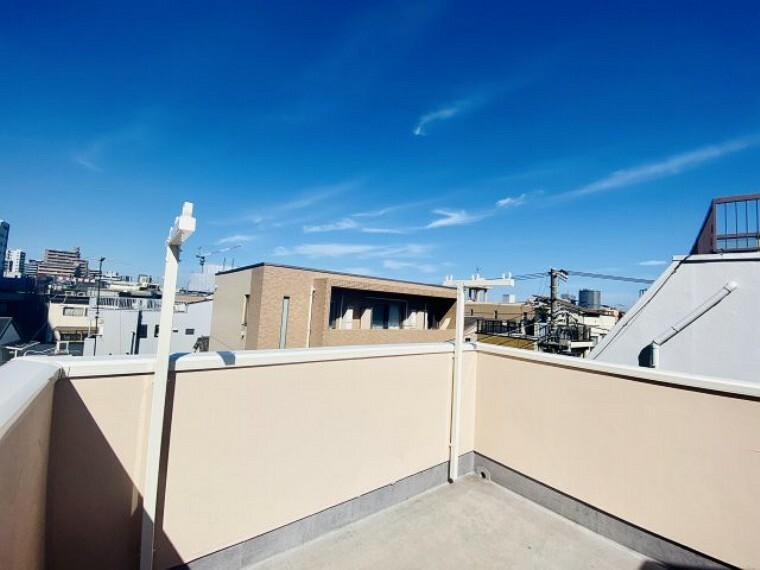 バルコニー 屋上テラス 開放的な空間の屋上テラス付き、お布団を干したり、大量の洗濯物を干すのに十分な広さです