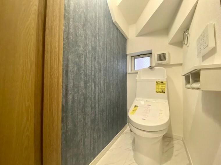 トイレ 1階トイレ アクセントクロスでお洒落な空間を演出