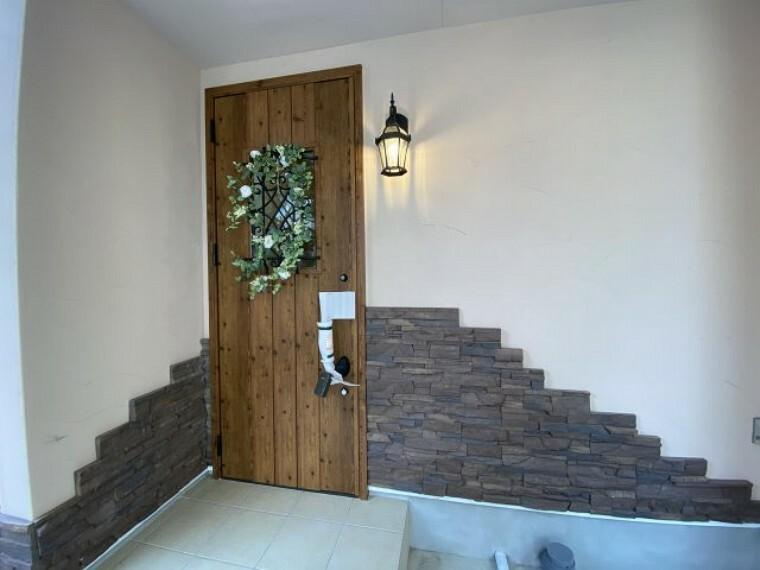 玄関 家の顔でもある玄関ドアは、優れた断熱性能でセキュリーティ面も安心な上下ロックと着脱サムターンを採用。優れた断熱性能で夏涼しく、冬暖かく、熱反りにも強い玄関ドアを採用