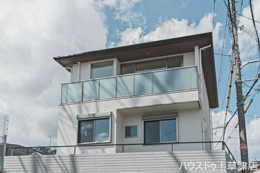 現況外観写真 モデルハウス 琵琶湖パノラマビューの家 角地・2WAYアクセス可・駐車2台可・眺望のよい2階リビング