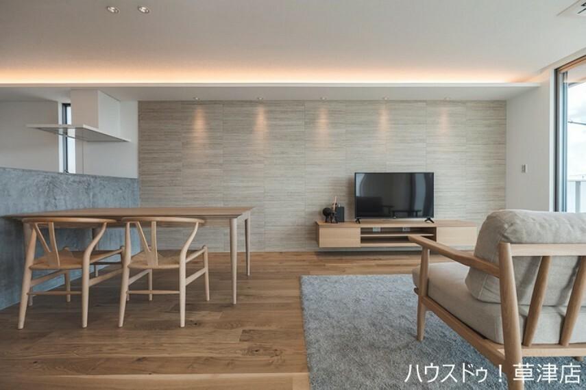 居間・リビング 約18帖のLDKには、高級感のある間接照明がございます。 ご家族の憩いの場所をより快適なものにしてくれそうですね。