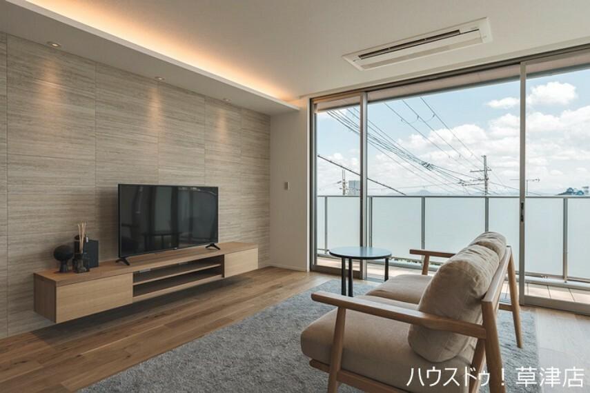 居間・リビング 凹凸の少ないスタイリッシュな内装です。 ビルドインエアコンやテレビボードなども開放感のある印象を与えてくれます。